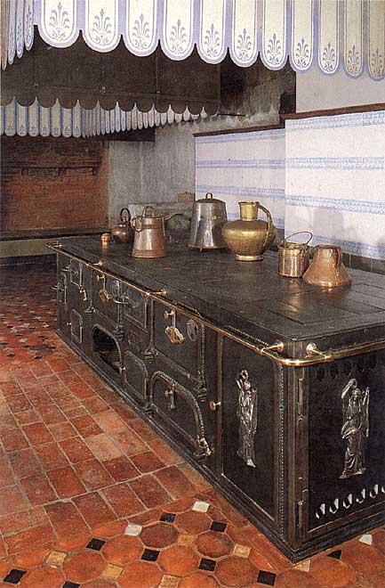'Kochmaschine': moderner Gusseisenherd im Küchenflügel von Schloss Sanssouci, Bild aus: Stranka, Bärbel: Die Schlossküche im Schloss Sanssouci, Berlin 1993