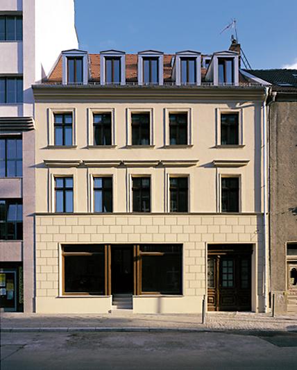 Haus Reinhardtstr. 33, um 1830, denkmalpflegerisch renoviert von Hans Kollhoff, darin heute das Restaurant TRAUBE